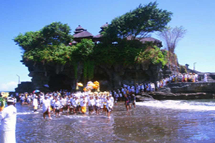 odalan tanah lot temple