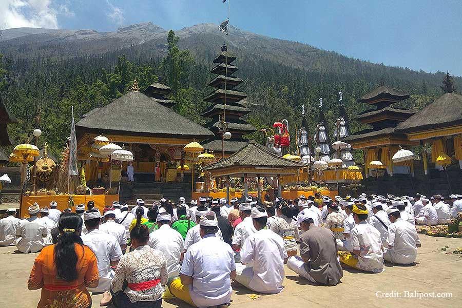 besakih temple, balinese people praying in galungan day