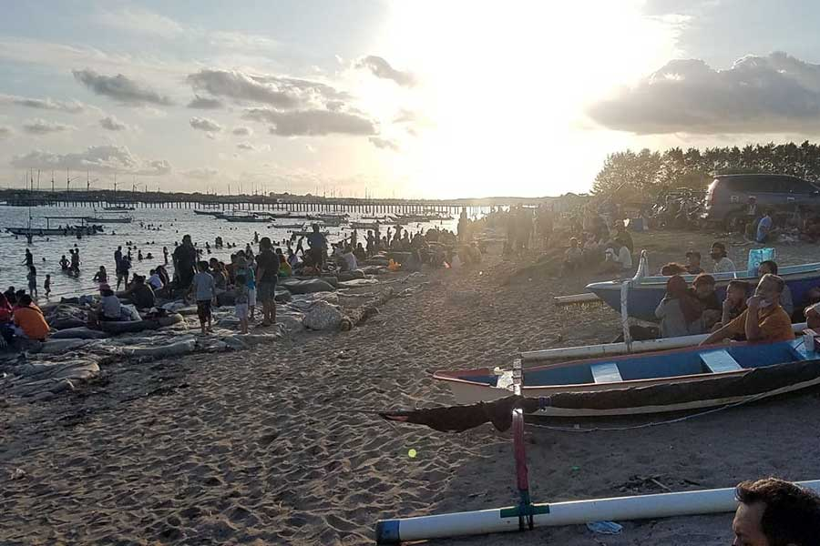 mertasari beach visitors, sunday situation mertasari