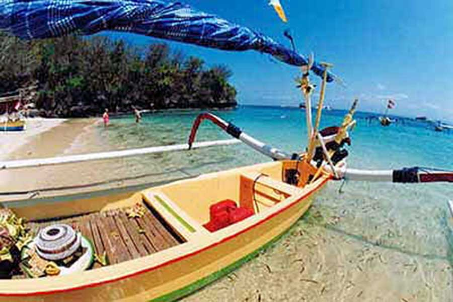 traditional boat in lembongan island